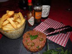 tartare de boeuf - frites - au cochon heureux ! Menu, Steak, Food, Meat, Recipe, French Fries, Menu Board Design, Essen, Steaks