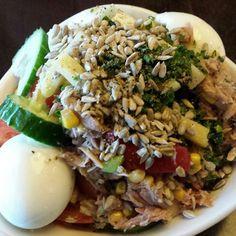Gemischter Rucolasalat mit Thunfisch, Paprika, Ei, Sonnenblumenkernen und Kräutern ein Basic Gericht: bunt, abwechsungsreich, kalorienarm un...