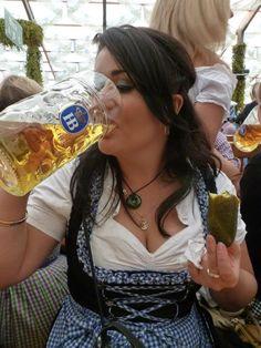 Per buttar giù il boccone. Beer Mixed Drinks, October Festival, German Oktoberfest, Beer Pictures, Beer Girl, German Beer, Beer Tasting, Beer Festival, Root Beer