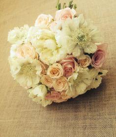 Ramo de novia, flores en tonos pálidos.