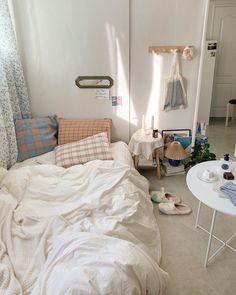 175 bohemian minimalist with urban outfiters bedroom ideas 15 Small Room Bedroom, Home Bedroom, Bedroom Beach, Bedroom Ideas, Deco Studio, Decoration Bedroom, Aesthetic Room Decor, Minimalist Room, Cozy Room