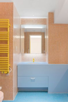 A bubblegum-pink kitchen features inside the Nagatachō Apartment, which Adam Nathaniel Furman has completed in a sugar-sweet colour palette. Pink Toilet, Black Toilet, Tokyo Apartment, Apartment Design, Small Breakfast Nooks, Japanese Bathroom, White Wall Tiles, Timber Slats, Pink Curtains