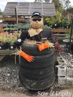 Need some inspiration for some really cool scarecrow ideas? Here's 33 designer scarecrows that are totally over the top! Scarecrow Festival, Diy Scarecrow, Fall Halloween, Halloween Party, Vintage Halloween, Halloween Costumes, Scarecrows For Garden, Fall Scarecrows, Tire Craft