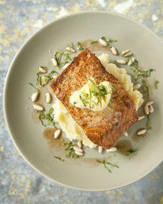 Gebakken zalm met basilicum en knoflookboter - Recepten - Culinair - KnackWeekend.be