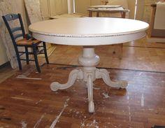 #tavolo rotondo #shabby con gamba centrale lavorata