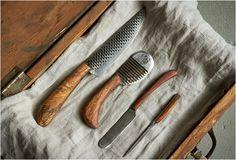 FACAS DE COZINHA - CHELSEA MILLER KNIVES  Com sede no  Brooklyn, Chelsea Miller faz essas belas facas de cozinha. O pai era ferreiro e carpinteiro, então ela está habituada a trabalhar com as mãos desde muito cedo, ela começou a fazer facas em 2011 como um hobby.