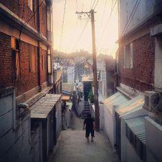 .@nohheungsu   #Korea #seoul#back#street#sunset#elderly#woman#brown#sky#blue#한국#서울#노인#...   Webstagram