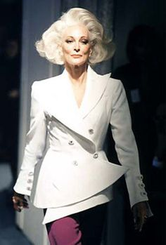 Carmen Dell'Orefice gives any model a run for their money Carmen Dell'orefice, Jacqueline De Ribes, Look Fashion, Fashion Models, Style And Grace, My Style, Francesco Scavullo, Older Models, Richard Avedon