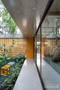 Casa paulistana cercada de prédios tem espaço até para o jardim - Casa