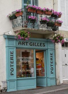 The wood detail Cute Store, Shop Facade, Pottery Shop, French Bistro, Lokal, Shop Fronts, Boutiques, Shop Signs, Elle Decor
