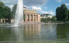 Der Schlossgarten erstreckt sich vom Neuen Schloss in der Stadtmitte (Oberer Schlossgarten), über den Mittleren Schlossgarten (neben dem Hauptbahnhof) bis hin nach zum Neckar in Bad Cannstatt (Unterer Schlossgarten). Die einzelnen Pärke sind über Fussgängerbrücken miteinander verbunden.   www.stuttgart-tourist.de/a-schlossgarten-stuttgart