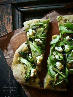 Asparagus Pizza with sheep or goat cheese, pesto, & prosciutto (optional) Pizza Recipes, Vegetarian Recipes, Cooking Recipes, Healthy Recipes, Goat Cheese Pizza, Pizza Food, Pizza Pizza, Cheese Food, Veggie Pizza