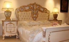 Sedef altın varak rengi ile yaşam mekânlarına farklı bir stil kazandıran Quantum klasik yatak odası takımı usta eller tarafından çizilen pentürler ile zenginleştirildi. http://www.asortie.com/yatak-odasi-206-Quantum-Klasik-Yatak-Odasi