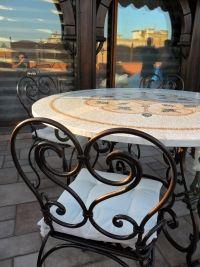 Uno dei prodotti eccellenti del nostro laboratorio, un piano in mosaico con tessere da 1x1 cm, base e sedie in ferro battuto a caldo, il vero made in...