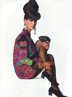 Linda Evangelista in Gianni Versace Jacket, photographed by Steven Meisel for Vogue, 1990 Mod Fashion, 1960s Fashion, Timeless Fashion, Vintage Fashion, Vintage Couture, Runway Fashion, Vintage Style, Vintage Inspired, Patti Hansen
