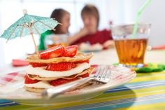 Zomerse kleine pannenkoeken van JAN, met roomkaas en aardbeien. Smullen!