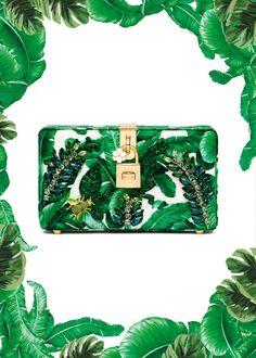"""Te acuerdas de la colección """"Botanical garden"""" de Dolce & Gabbana que se presento el año pasado para verano 2017?? Pues está más actual que nunca: el color greenery, estampado tropical hasta en la sopa, a parte de en bolsos y zapatos. Bordados y adornos de frutas e insectos y es que lo tiene todo... #colecciones #moda #estilo #diseño #verano #printtropical #dolcegabbana #collectiones #fashion #trendy #style #design #details #inspiration #lookbook #love #beautiful #glamour #luxury #summer"""