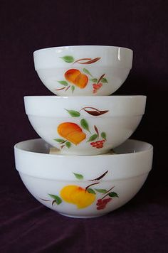 Fire King Gay Fad set of 3 glass nested mixing bowls peach grape pear milkglass Vintage Dishware, Vintage Dishes, Vintage Kitchen, Vintage Pyrex, Pyrex Display, Glass Kitchen, Kitchen Dishes, Old Fashioned Kitchen, Kitchen Queen