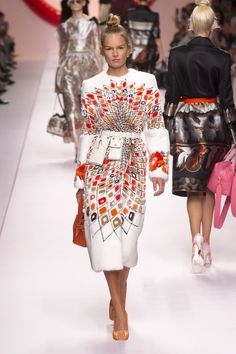 The complete Fendi Spring 2019 Ready-to-Wear fashion show now on Vogue Runway. Style Haute Couture, Couture Fashion, Runway Fashion, Spring Fashion, Womens Fashion, Fashion Trends, Vogue Fashion, Milan Fashion, Street Fashion