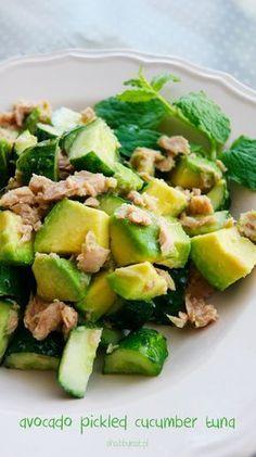 sałatka z tuńczykiem awokado i ogórkiem małosolnym / avocado pickled cucumber tuna salat fresh summer green salad