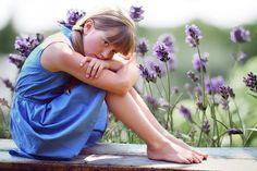 フリー写真, 人物, 子供, 女の子, 外国の女の子, ポートレイト, 女の子(モデル:00056), 座る, 膝を立てる, 人と花, 憂鬱,