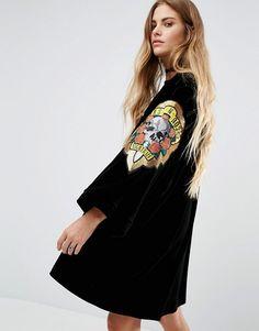 Reclaimed Vintage   Reclaimed Vintage - Kimono rétro en velours avec écussons Guns & Roses