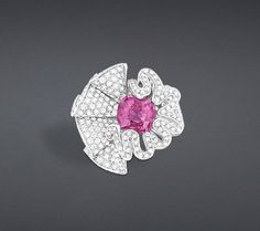 Discover Dior's luxury jewellery created for women in finest gold: yellow gold bracelets with diamonds, white gold necklaces, and other beautiful creations. Dior Ring, Saphir Rose, Moda Blog, Dior Jewelry, Jewellery Sketches, Jewelry Design, Pendants, Jewels, Jewelry