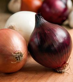 31 Surprising Benefits Of Onions (Pyaz) For Skin, Hair And Health Natural Cancer Cures, Natural Cures, Diet Snacks, Healthy Snacks, How To Stay Healthy, Healthy Life, Onion Benefits Health, Onion For Hair, Eating Raw