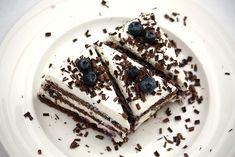 Ešte jedna jednoduchá rýchlovka pre moju narodeninovú (histaminovú) oslávenkyňu. Tá kombinácia bola ozaj božská, nedam dopustiť na krém 1:1:1 mascarpone, šľahačka a tvaroh. Navrch torty postačí aj šľahačka a tvaroh. A k tom variácie na piškótu. Dessert Recipes, Desserts, Tiramisu, Great Recipes, Cheesecake, Food And Drink, Sweets, Ethnic Recipes, Finger Foods