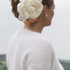 A classic and knitted bolero with feminine shape. The bolero is knitted in one piece, and appears seamless and elegant, perfect for parties and weddings.