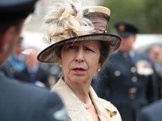 Pourquoi la princesse Anne, fille d'Elizabeth II, ne serre jamais de mains pendant ses apparitions officielles