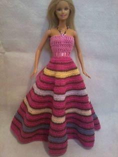 vestido todo feito em croche com linha cléa 100% algodão, alças em miçangas coloridas e botões de acrílico, laço de fita de setim R$ 35,00