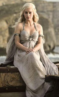 Emilia Clarke als Daenarys Targaryen trägt individuelle Outfits, die einer Königin würdig sind! Sie hat einen ganz eigenen Stil und passt sich keinem Trend der Königreiche an. | Stylefeed