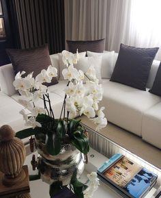 Detalle de sala en tonos neutros sobre blanco. Enhanced touch en tonos tierra.