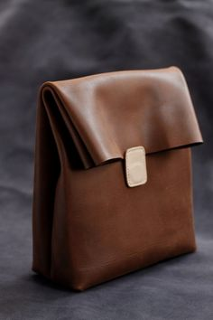 New green leather 貨 handmade paper bag leather clutch bag Brown tanned color o… - Bags 2019 Leather Gifts, Leather Clutch Bags, Leather Purses, Leather Backpack, Leather Handbags, Handmade Leather, Vintage Leather, Diy Rucksack, Crea Cuir