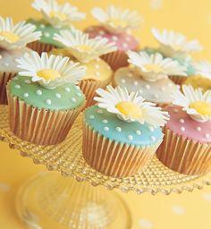 Daisy cupcakes by Peggy Porschen Daisy Cupcakes, Spring Cupcakes, Pretty Cupcakes, Beautiful Cupcakes, Easter Cupcakes, Fondant Cupcakes, Yummy Cupcakes, Cupcake Cookies, Garden Cupcakes