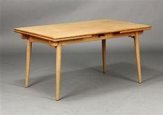 H. J. Wegner. Spisebord af egetræ, med hollandskudtræk, sarg og runde tilspidsede  . Fremstillet hos Andreas Tuck, model AT-312. H. 72 L. 140/240 B. 90 cm. Fremstår med lettere slitage.