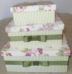 Kit com 03 caixas de MDF forradas com tecido listrado na cor verde e um delicado…