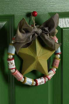 Here's a little craft project that stitchers will love: Christmas Wreath made from sewing spools.