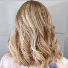 Discover 10 sandy blonde hair color ideas and formulas with Wella Professionals' guide to the trend. These creations are the dream for surfer girl locks. Medium Blonde Hair Color, Sandy Blonde Hair, Warm Blonde Hair, Blonde Hair Looks, Blonde Hair With Highlights, Blonde Color, Blonde Hair Toner, Warm To Cool Blonde, Blonder Hair