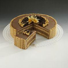 Tort Orzechowy Delikatny tort upieczony ze zmielonych orzechów laskowych, które całkowicie zastąpiły mąkę pszenną. Biszkopt przełożony jest kremem czekoladowym i orzechowym. Do dekoracji użyliśmy chrupiących waflowych rurek, orzeszków laskowych oraz czekolady.