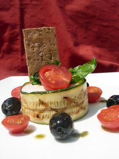 Taartje van gegrilde courgette, tomatenmousse & krokante basilicum door Monique Kookt #recept