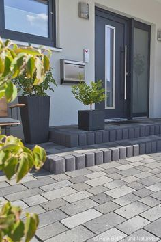 The wide steps offer plenty of space for flower pots and all kinds of outdoor decorations . - The wide steps offer plenty of space for flower pots and all kinds of outdoor decorations. Backyard Garden Design, Backyard Landscaping, Front Door Steps, Driveway Design, Front Doors With Windows, Design Jardin, Garden Steps, Garden Paving, Garden Paths