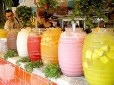 Aguas frescas,de piña,de fresa,de tamarindo,horchata,con los tradicionales vitroleros de Mexico