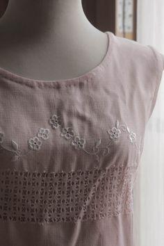 Vestido rosa bordado blanco. via Bahía, confecciones, recuerdos y puestas de sol.. Click on the image to see more!