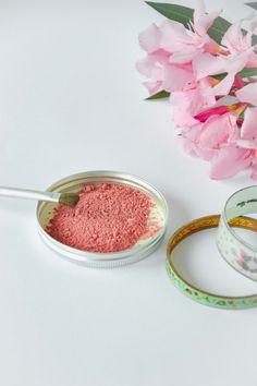 Tu en as marre des produits toxiques dans ton make up ? Et si tu te lançais dans une poudre libre fait maison et un blush ? Tout est expliqué sur le blog.