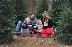 FOTOS NAVIDAD Christmas Pictures Family Outdoor, Farm Family Pictures, Christmas Pictures Outfits, Winter Family Photos, Xmas Photos, Family Christmas Pictures, Christmas Tree Farm, Christmas Photo Cards, Outdoor Christmas