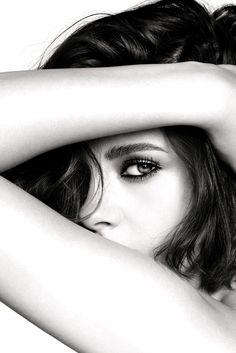 Kristen Stewart, photographed by Mario Testino for Chanel Beauty's Eye's Collection, 2016 Model Poses Photography, Photo Portrait, Portrait Photography Poses, Self Portrait Poses, Beauty Photography, Mysterious Photography, Beauty Portrait, Portrait Ideas, Photography Women