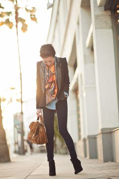 Gaaaaah. I love this. Blazer, chambray top, black pants, wedges and that fabulous patterned scarf...