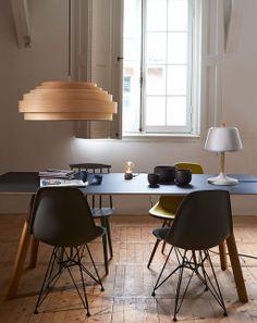 Houd rekening met zichtlijnen: staat je tafel bijvoorbeeld voor een klein raam, hang er dan een glazen hanglamp boven, die het zicht naar buiten niet belemmert.